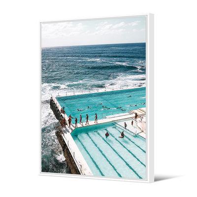 Déco - Stickers, papiers peints & posters - Toile encadrée Bondi Beach / 80 x 120 cm - PÔDEVACHE - Piscine sur l'océan / Bleu - Pin, Toile