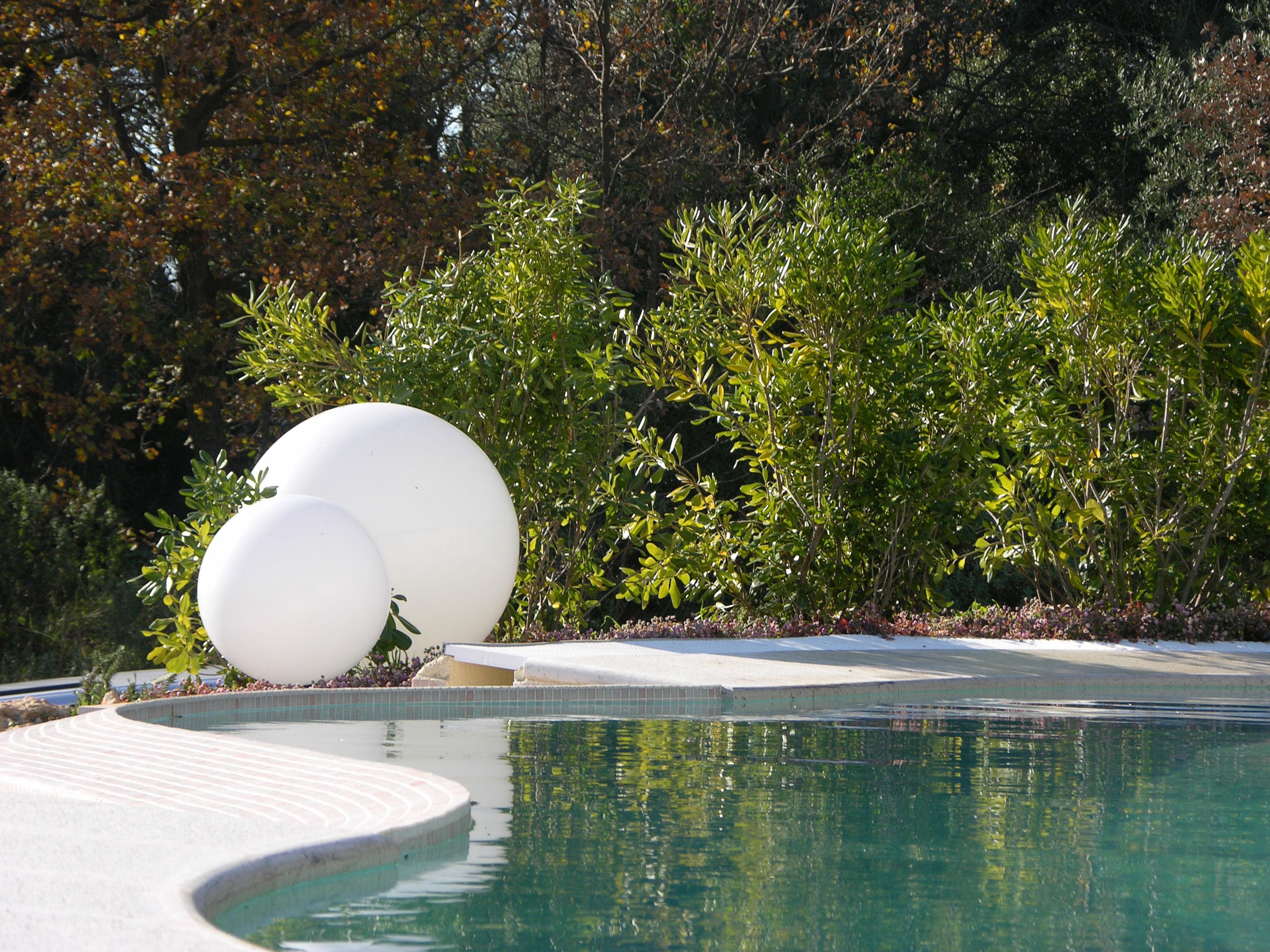 Scopri lampada da pavimento globo Ø 30 cm per lesterno munita
