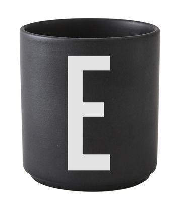 Mug Arne Jacobsen / Porcelaine - Lettre E - Design Letters noir en céramique