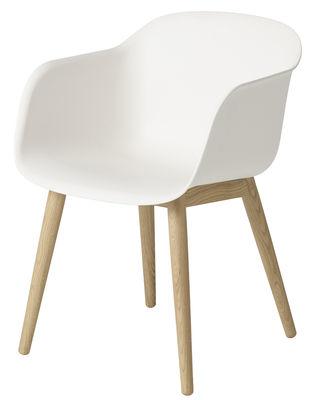Arredamento - Sedie  - Poltrona Fiber - / 4 gambe in legno di Muuto - Scocca bianca / Gambe in quercia naturale - Materiale composito riciclato, Rovere