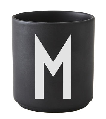 Mug Arne Jacobsen / Porcelaine - Lettre M - Design Letters noir en céramique