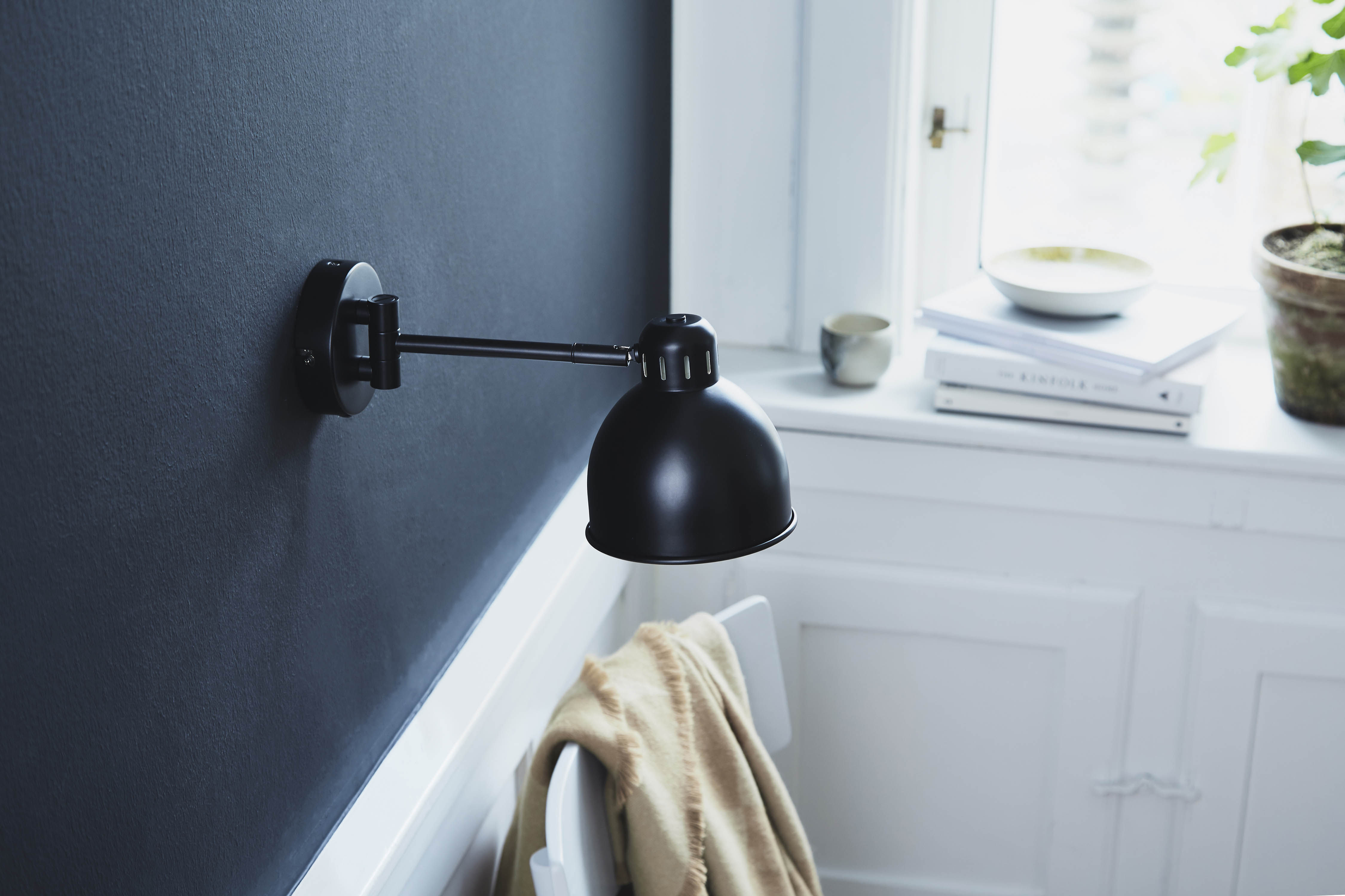 applique avec prise job mini l 30 cm noir mat frandsen made in design. Black Bedroom Furniture Sets. Home Design Ideas