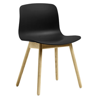 Mobilier - Chaises, fauteuils de salle à manger - Chaise About a ECO AAC12 / Plastique recyclé -  EU Ecolabel - Hay - Noir / Chêne verni mat - Chêne FSC, Plastique recyclé