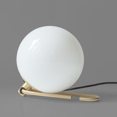 Luminaire - Lampes de table - Baladeuse nh1217 / à poser ou suspendre - Artemide - Laiton / Sphère blanche - Laiton brossé, Verre soufflé