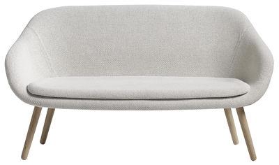 Möbel - Sofas - About a lounge sofa for Comwel Sofa / L 150 cm - 2-Sitzer - Hay - Weiβ / holzfarben - Gewebe, massive Eiche, Polyuréthane rigide