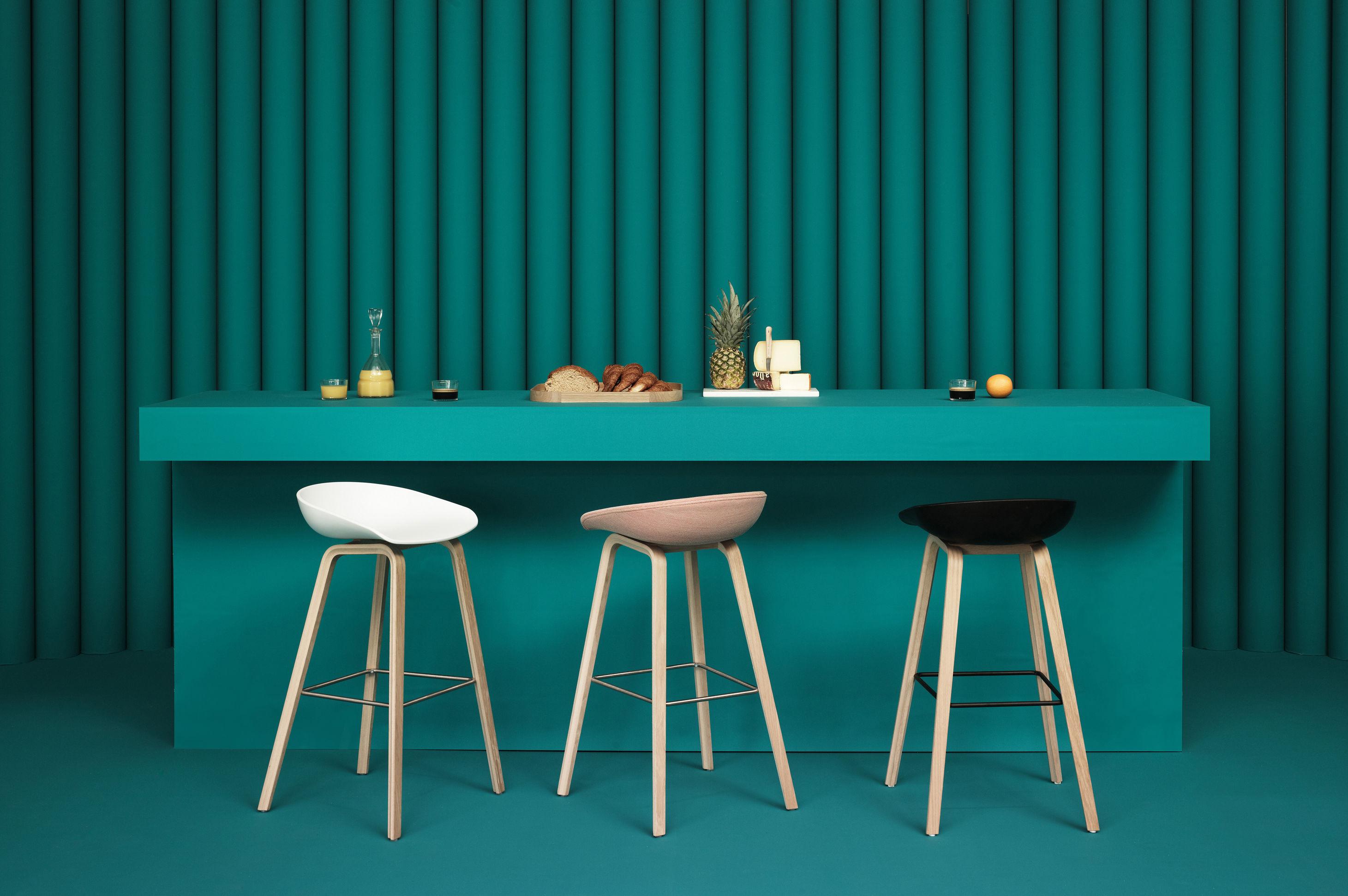 Sgabello bar about a stool aas 32 hay grigio base legno naturale
