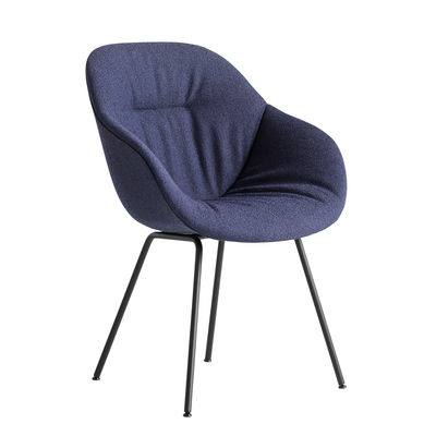 Mobilier - Chaises, fauteuils de salle à manger - Fauteuil rembourré About a chair AAC127 Soft / Dossier haut - Tissu intégral matelassé & métal - Hay - Bleu / Pieds noirs -  Ouate, Acier thermolaqué, Mousse polyuréthane, Polypropylène renforcé, Tissu
