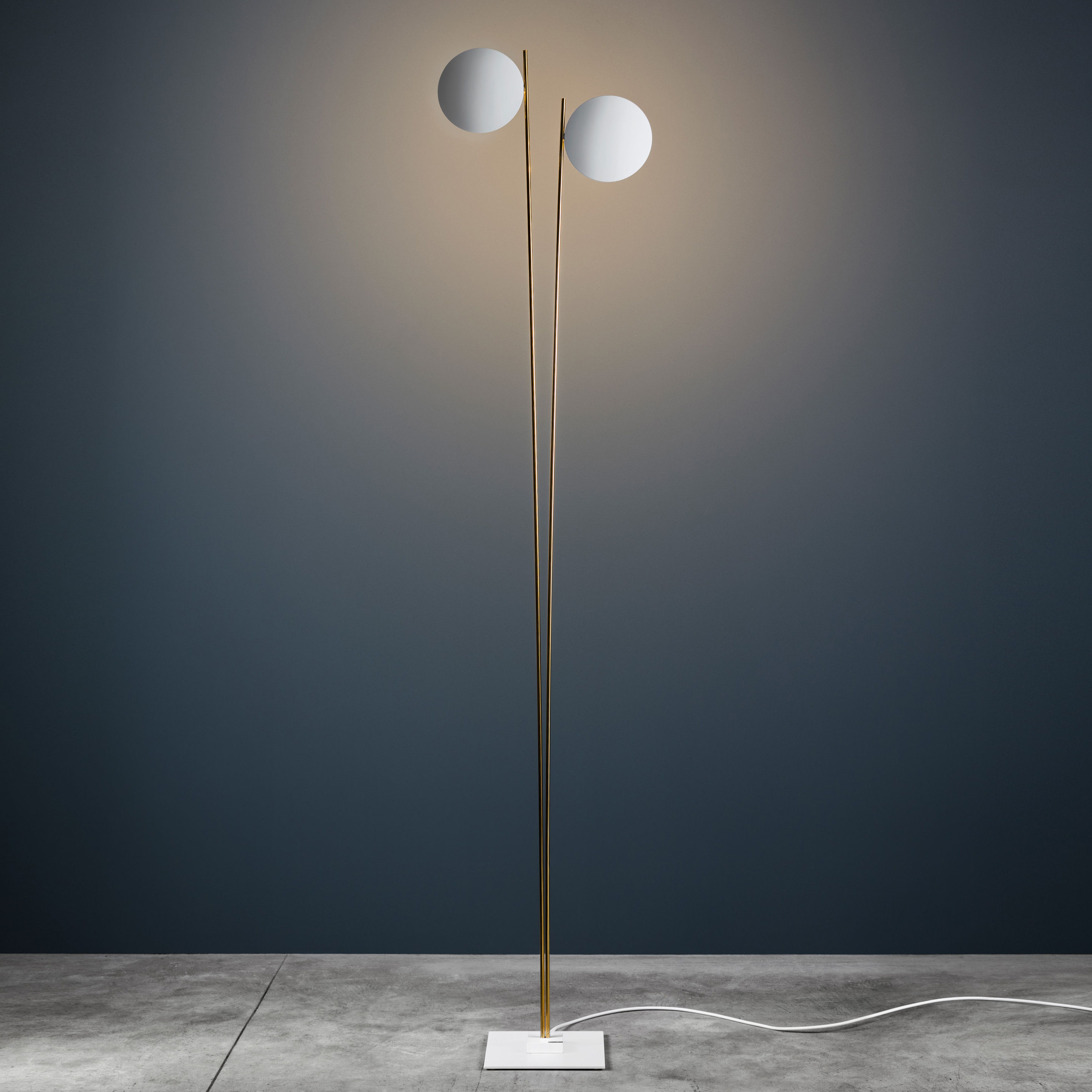 Leuchten - Stehleuchten - Lederam F2 Stehleuchte / LED - H 198 cm - Catellani & Smith - Schalen weiß / Stab goldfarben / Wandhalterung weiß - bemaltes Aluminium, Métal doré