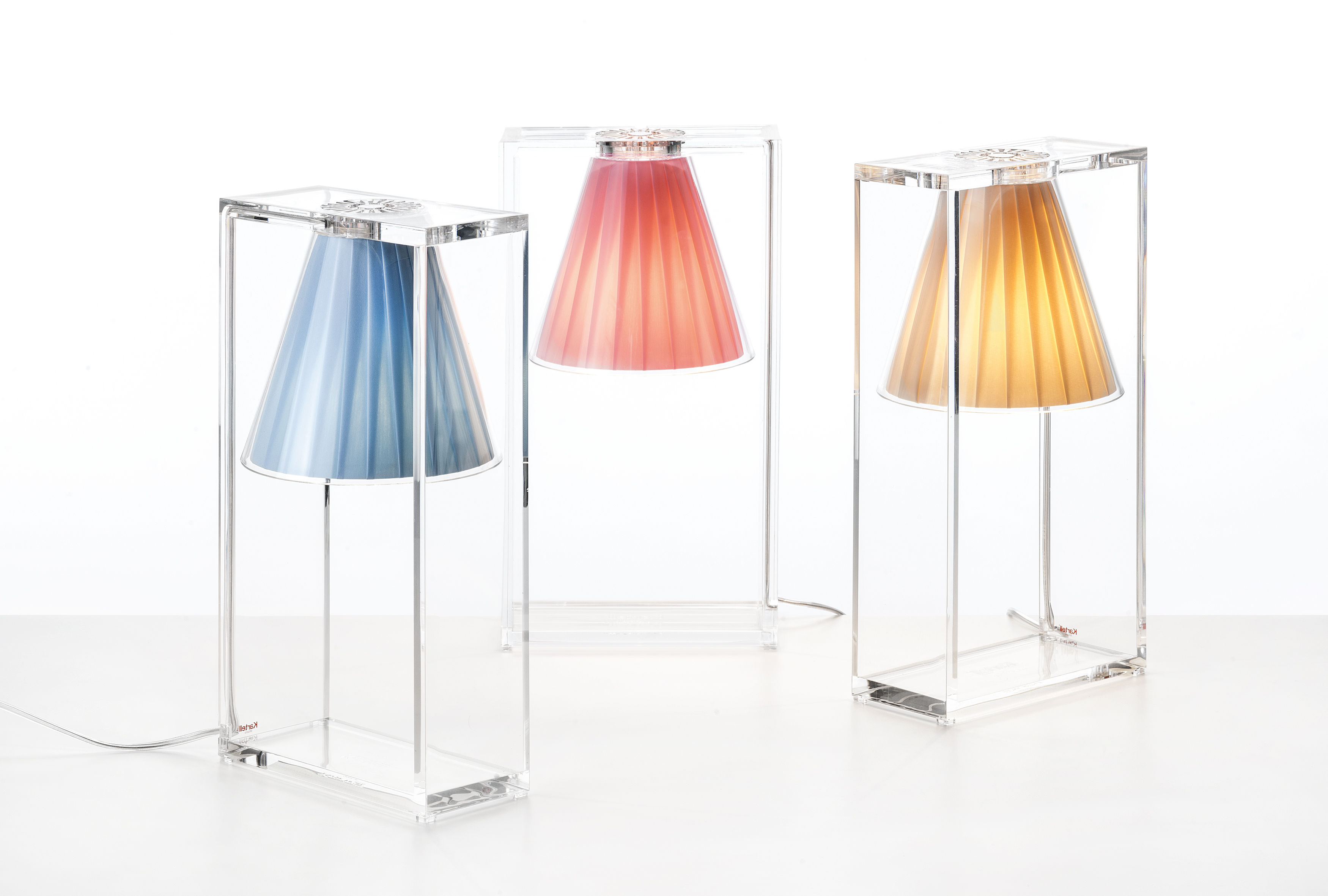Scopri lampada da tavolo light air blu cielo di kartell made in