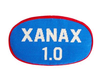 Xanax Kissen / 33 x 22 cm - handbestickt - Jonathan Adler - Weiß,Blau,Rot