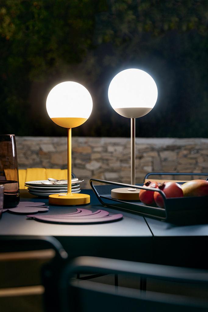 lampe ohne kabel mooon led von fermob gelb made in design. Black Bedroom Furniture Sets. Home Design Ideas