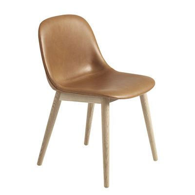 Mobilier - Chaises, fauteuils de salle à manger - Chaise Fiber / Pieds bois - Cuir - Muuto - Cuir Cognac / Pieds chêne - Chêne massif, Cuir pleine fleur, Matériau composite recyclé