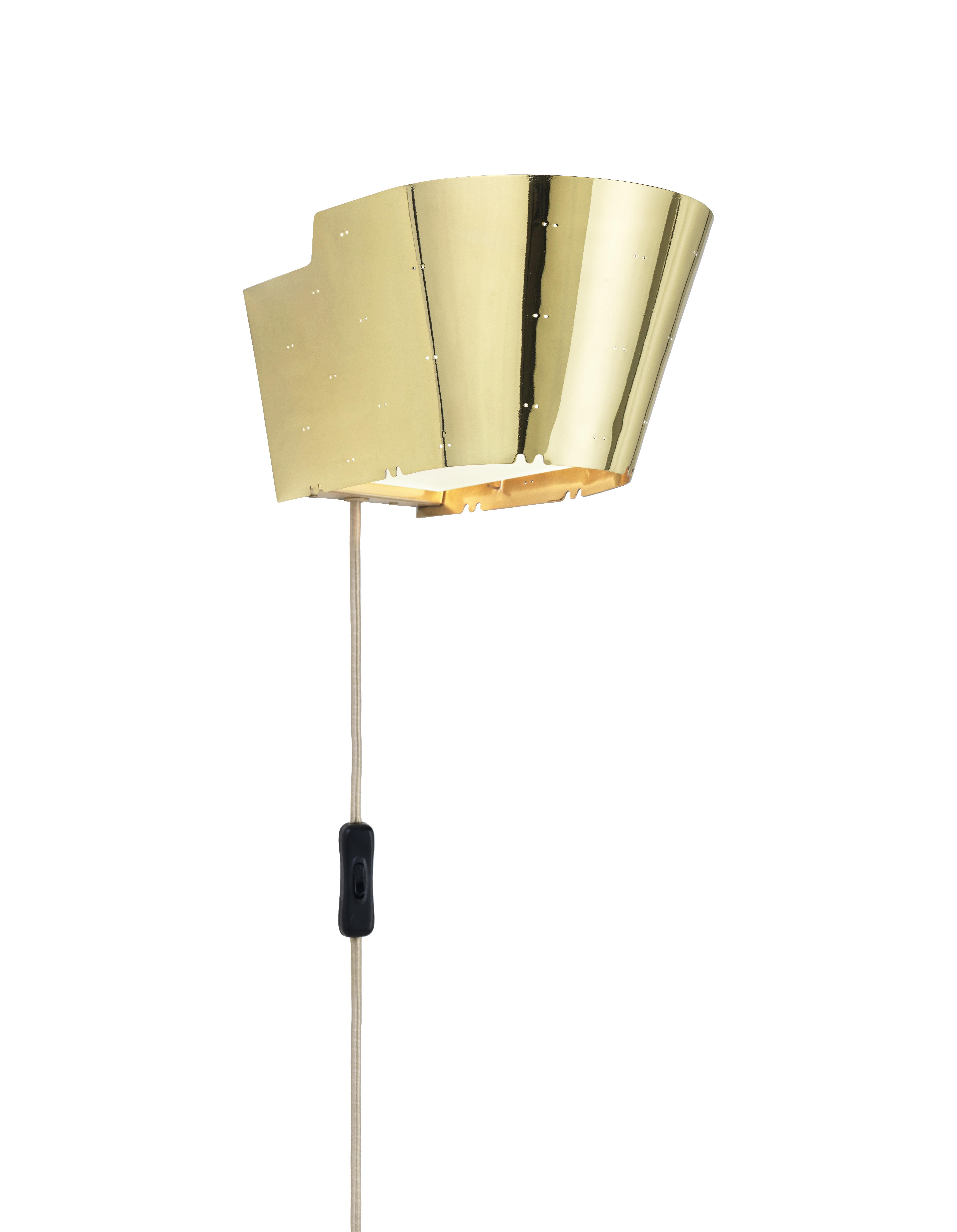 Luminaire - Appliques - Applique avec prise 9464 / Réédition 1947 - Gubi - Laiton poli - Laiton poli perforé
