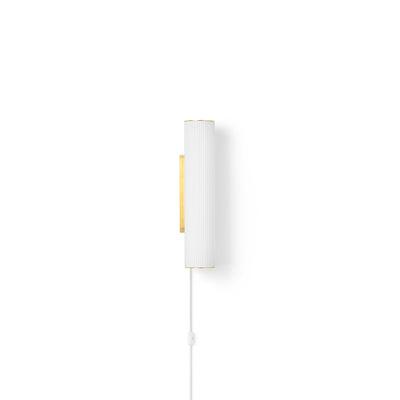 Luminaire - Appliques - Applique avec prise Vuelta LED Small / L 40 cm - Ferm Living - Laiton / Blanc - Laiton, Verre opalin strié