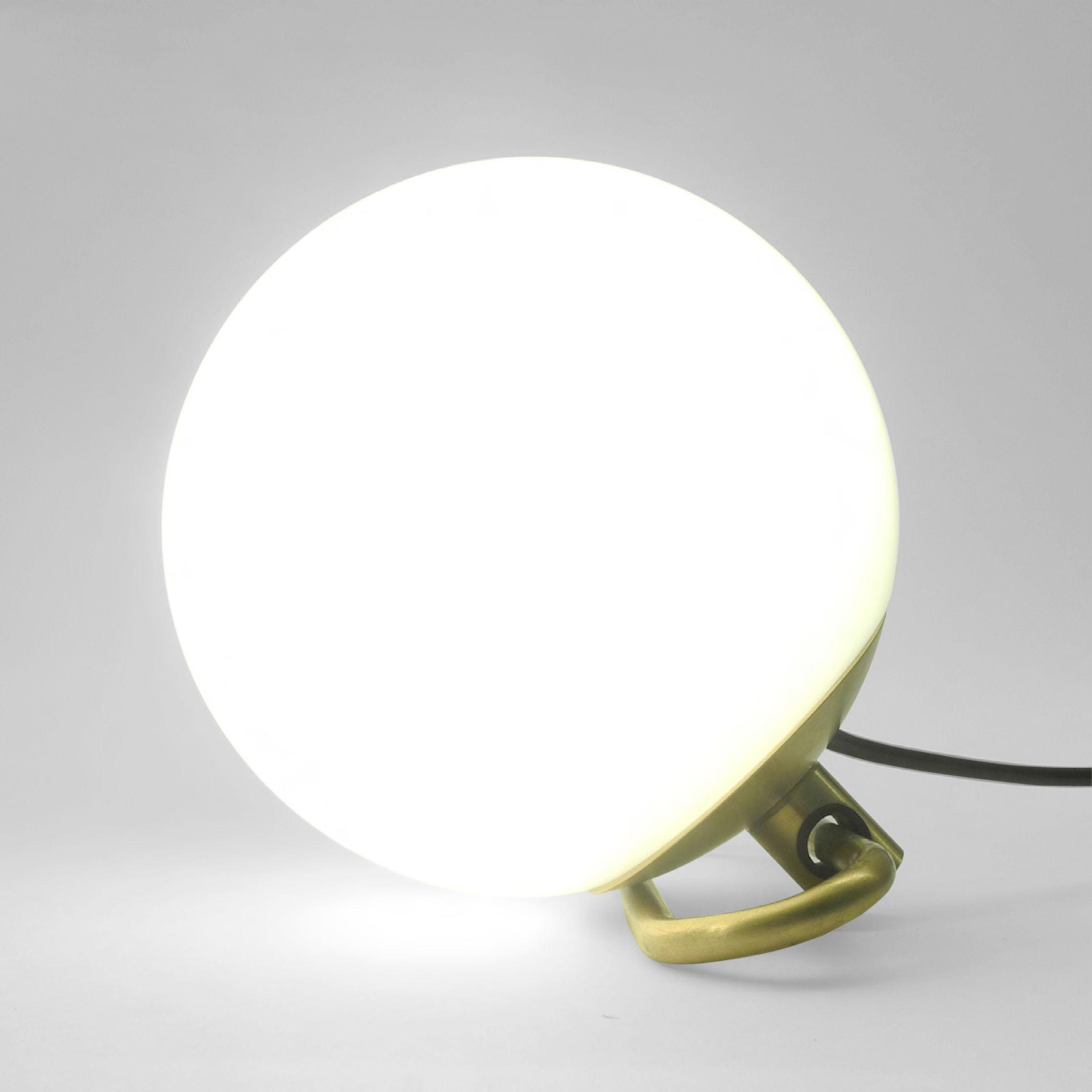 Luminaire - Lampes de table - Lampe Yanzi / à poser ou suspendre - Edition limitée - Artemide - Laiton / Sphère blanche - Laiton brossé, Verre soufflé
