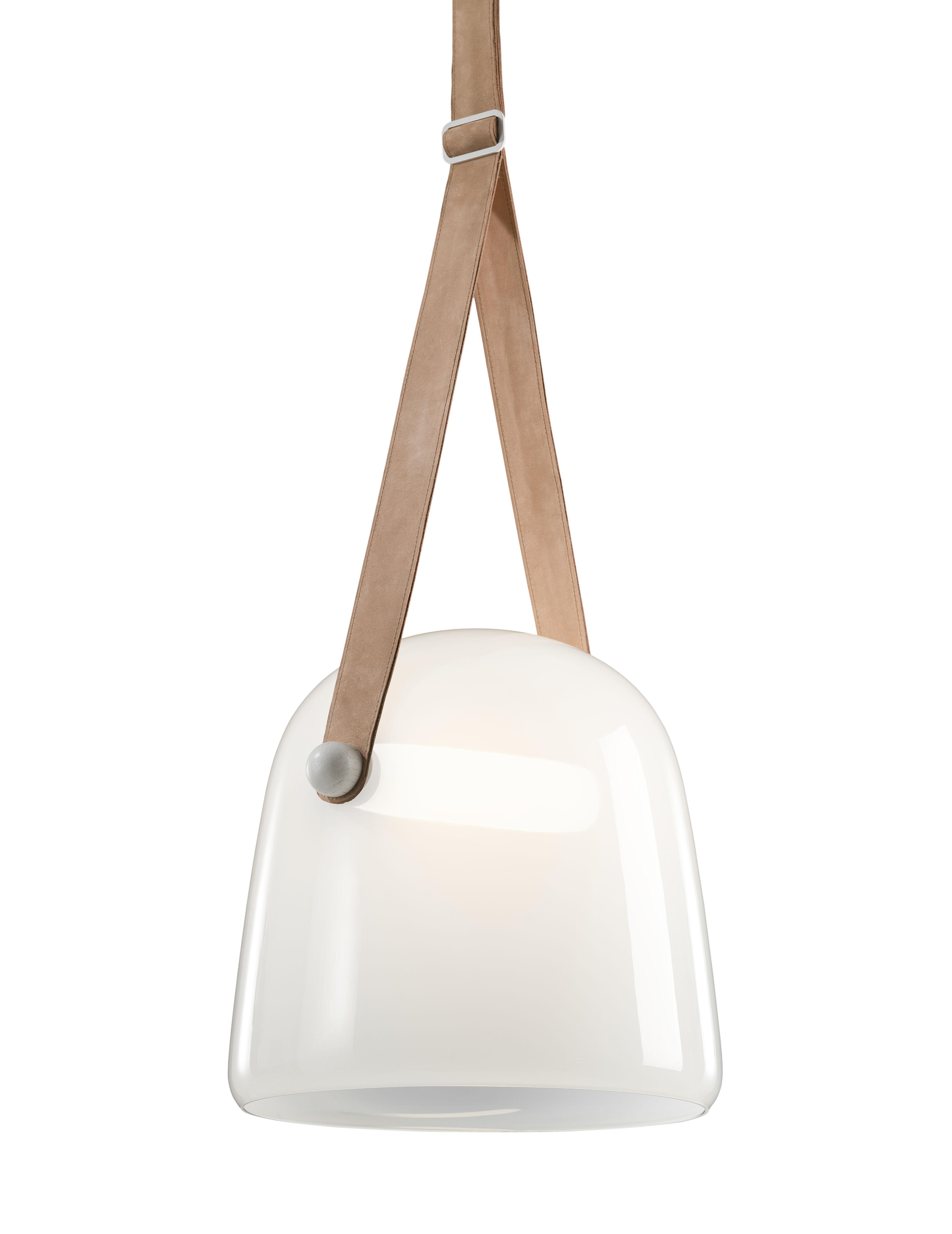 Leuchten - Pendelleuchten - Mona Pendelleuchte / Glas - Brokis - Weißes Opalglas / Leder natur - Cuir naturel, getönte Eiche, mundgeblasenes Glas