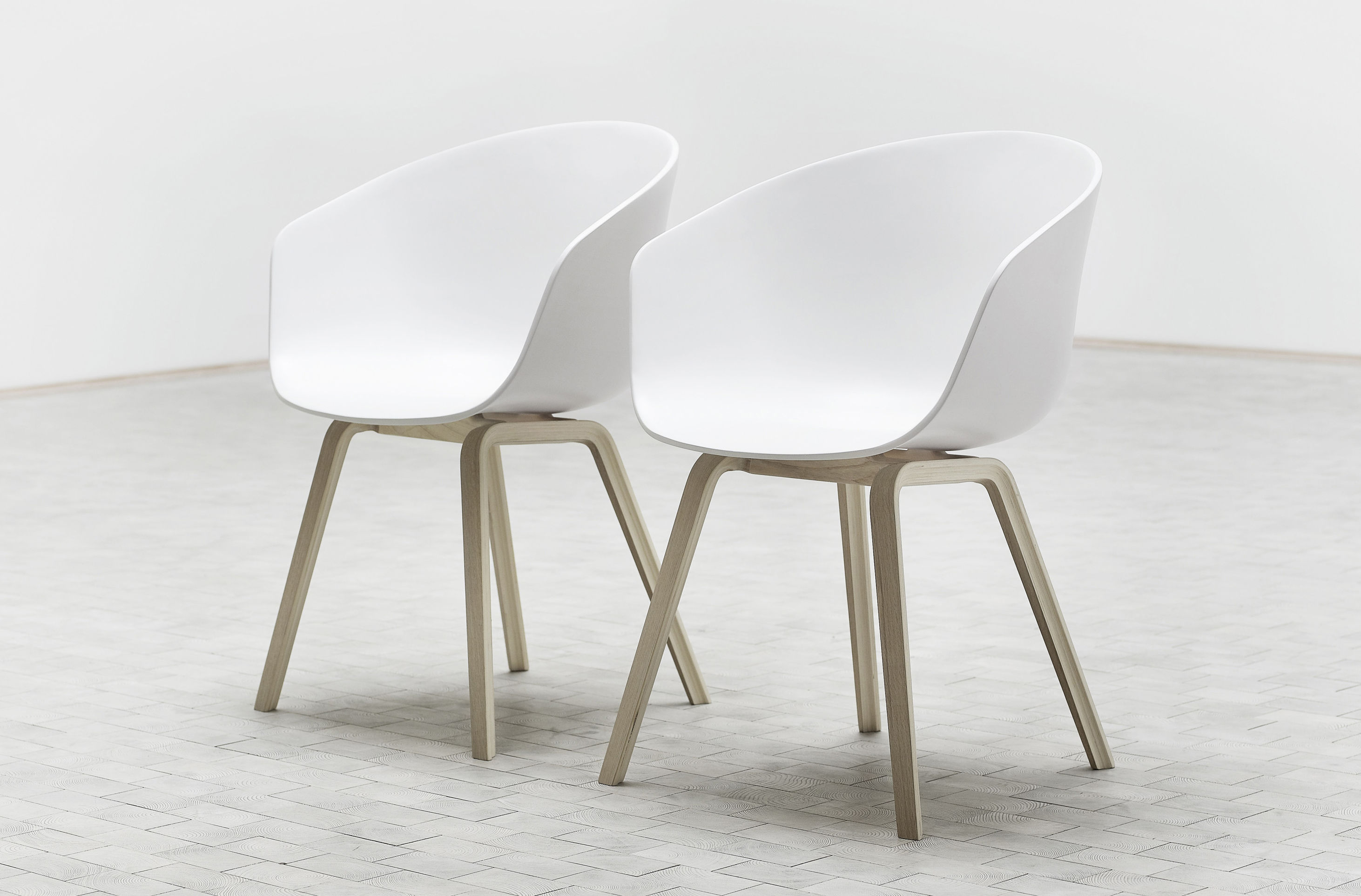 Fauteuil about a chair aac22 hay blanc pieds bois naturel l 50