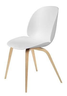 Möbel - Stühle  - Beetle Stuhl / Gamfratesi - Stuhlbeine Eiche - Gubi - Weiß / Stuhlbeine Eiche natur - massive Eiche, Polypropylen