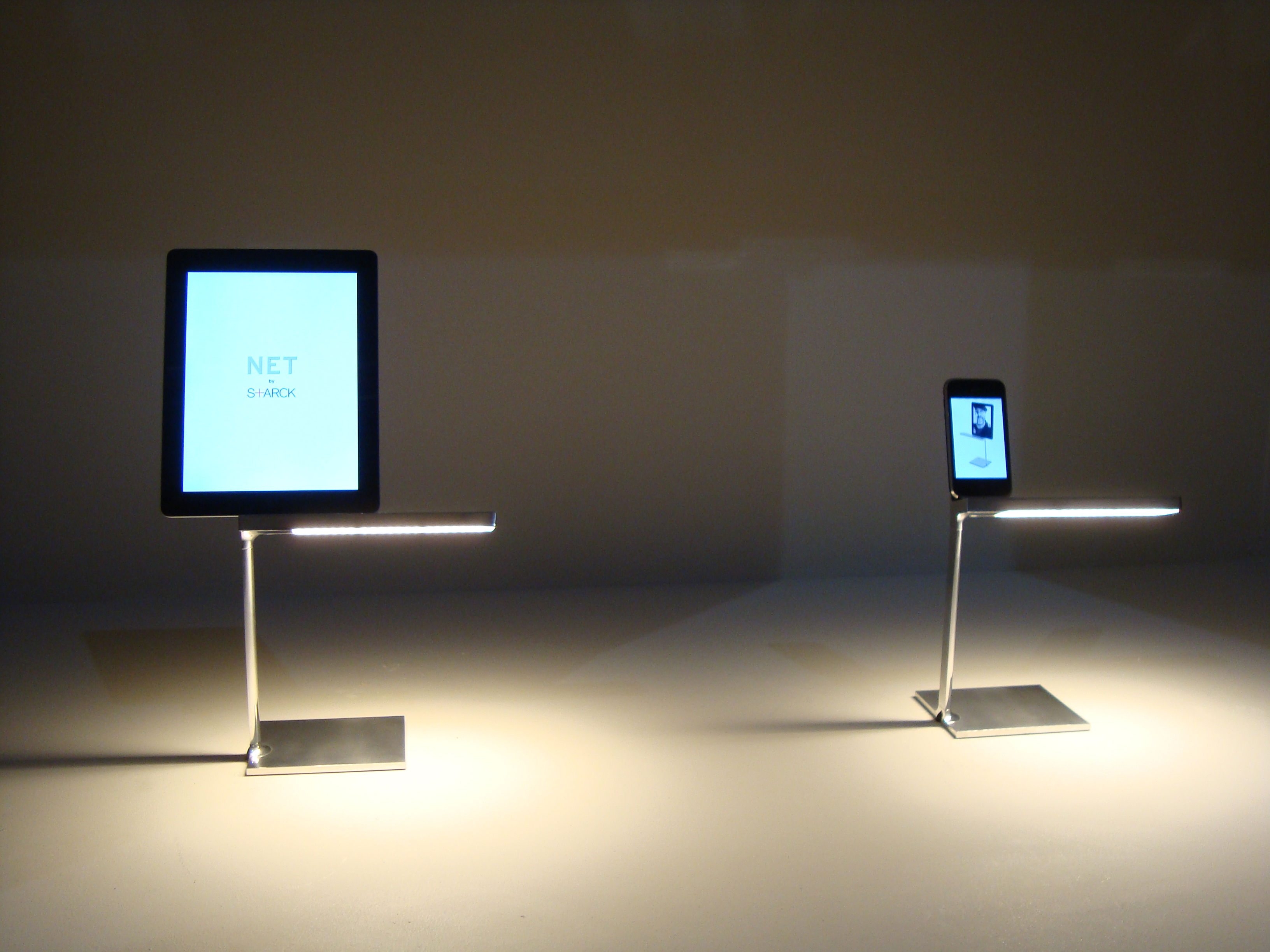 D e light lampada da tavolo led con dock ipad e iphone cromato