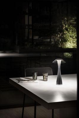 Kartell Tavoli Da Esterno.Lampada Da Tavolo Space Di Kartell Oro Metallo Made In Design