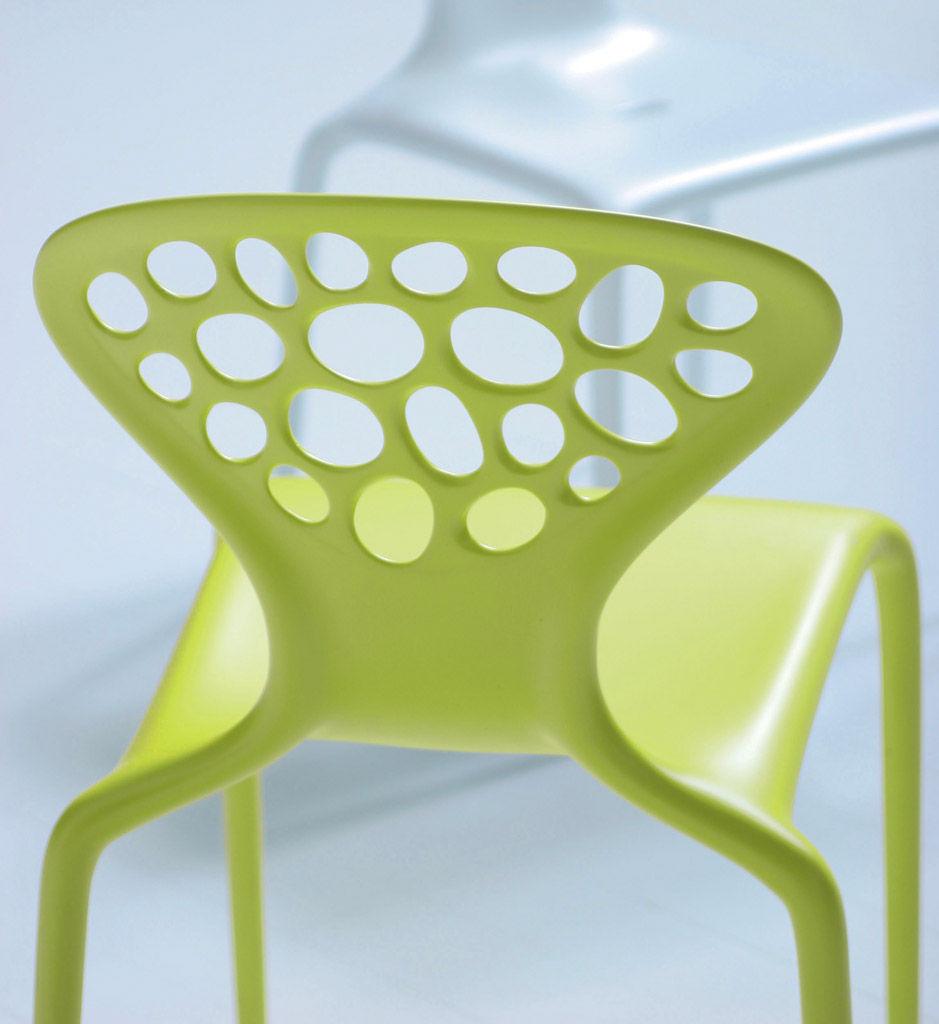 Chaise empilable supernatural plastique vert moroso made in design for Chaise empilable plastique