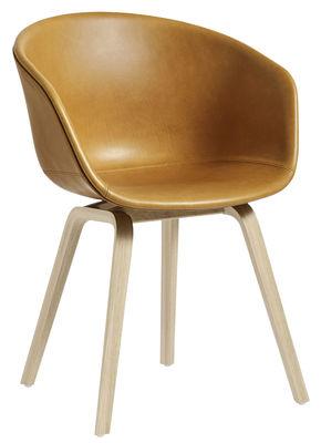 Möbel - Stühle  - About a chair AAC23 Gepolsterter Sessel / Lederbezug - Füße aus Holz - Hay - Leder, cognacfarben / Stuhlbeine holzfarben -  Contreplaqué de chêne verni mat, Leder, Polypropylen, Schaumstoff
