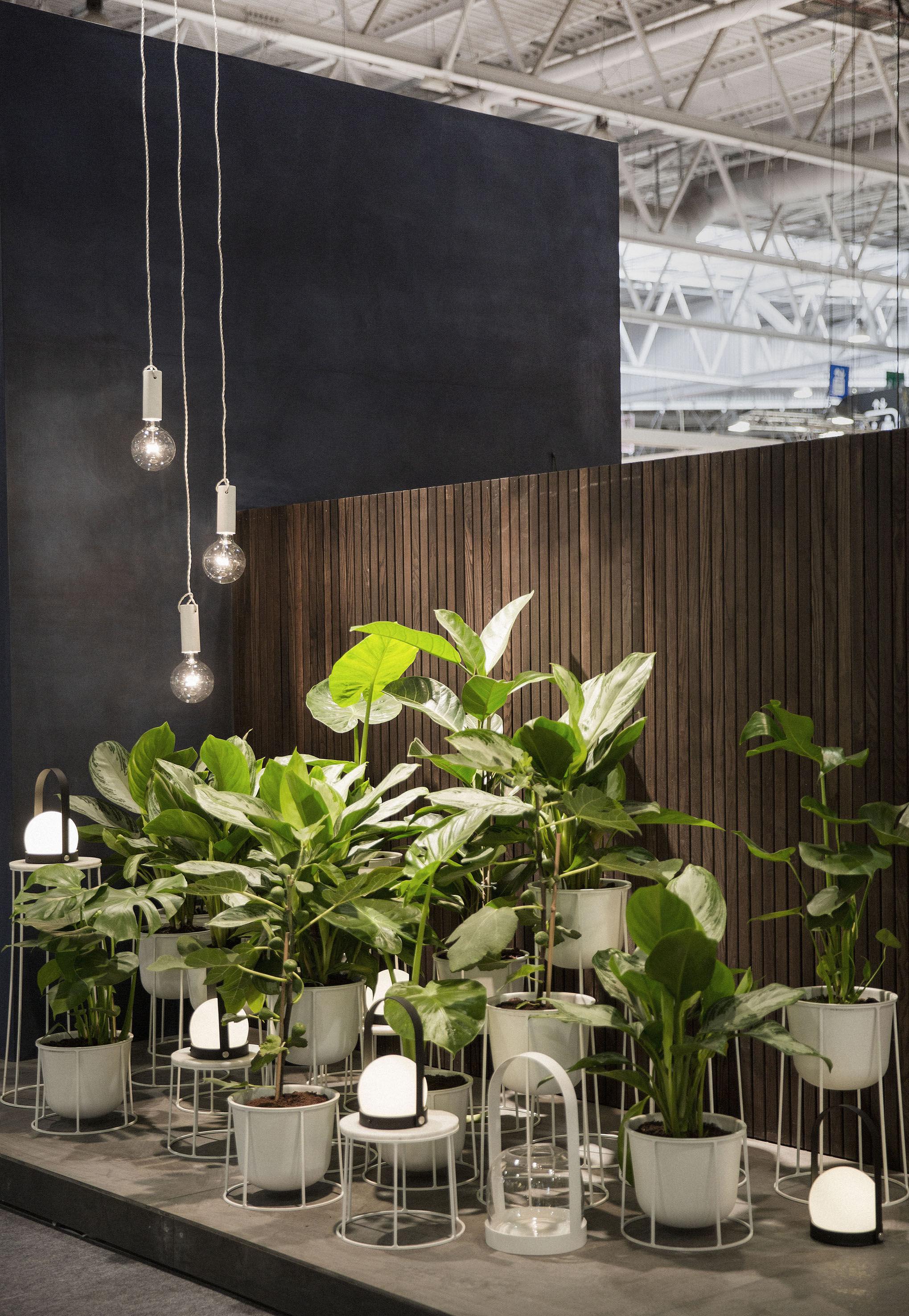 lampe ohne kabel carrie led von menu wei schwarz made. Black Bedroom Furniture Sets. Home Design Ideas