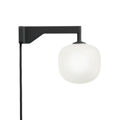 Illuminazione - Lampade da parete - Applique con presa Rime - / Vetro soffiato a bocca di Muuto - Nero / Sfera bianca - Alluminio, Vetro soffiato a bocca
